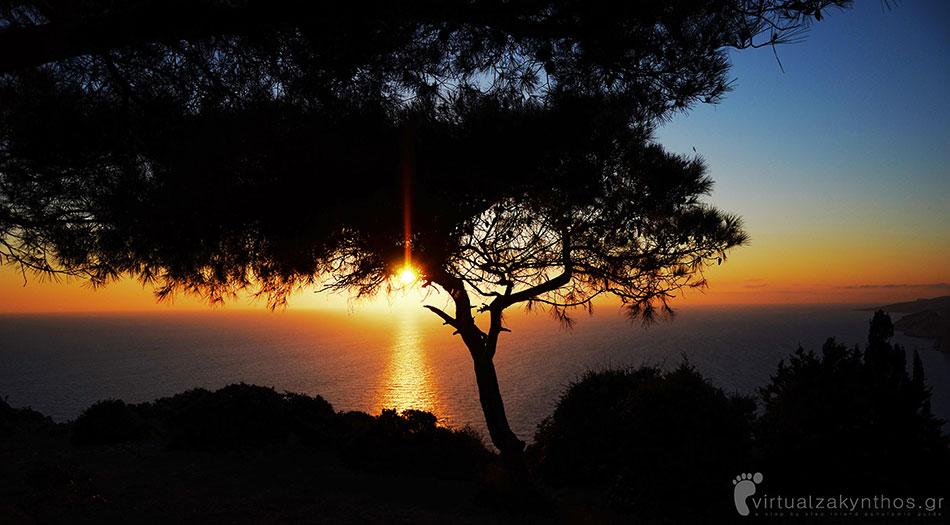 Zonsondergang bij het dorp Keri zante zakynthos